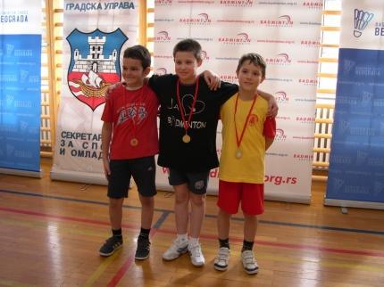 Zlatna medalja, u sredini, Miloš Čubrak